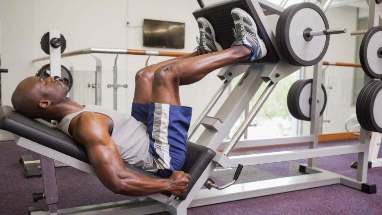 Ejercicio prensa inclinada para piernas