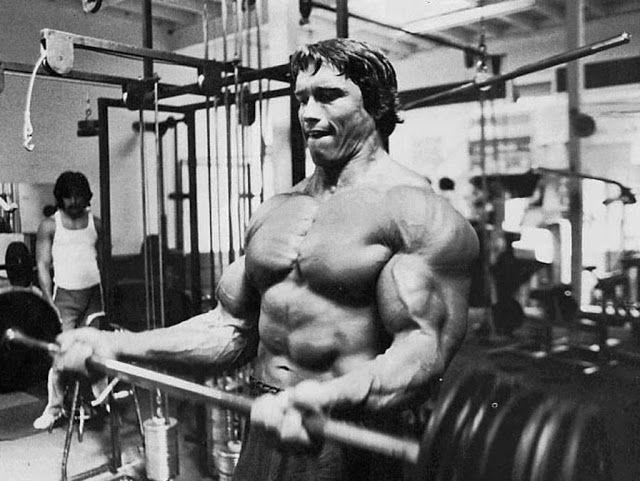 Curl de bíceps con barra trampa