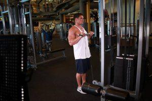 Curl de bíceps invertido en polea en barra