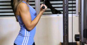 Extensión de tríceps agarre inverso en barra