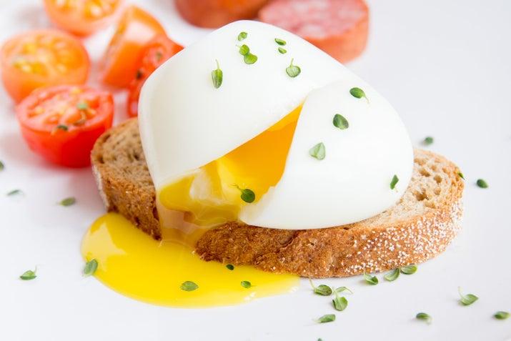 Los huevos hervidos son súper fáciles de hacer: los lanzas en agua con un poco de sal y listo. Sin embargo, si te sientes gourmet, los huevos ponchados (también llamados escalfados) son súper deliciosos. Aquí te dejamos cómo lograrlos.