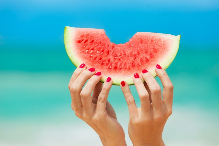 Esos jugos que venden en los mercados tienen mucha azúcar, además, nada como los nutrientes y vitaminas de una fruta 100% natural.