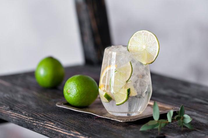 Si necesitas más que un sencillo vaso con agua, pide mucho hielo y rueditas de limón. Puntos extra si te pueden echar menta, lo amarás.